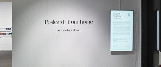 Widoki ekspozycji Postcard from home / Pocztówka z domu w galerii Salon Akademii. Fot. Adam Gut.